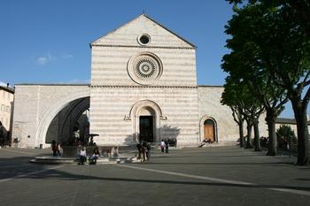 Tampak depan Basilika Santa Clara/Chiara di Assisi.