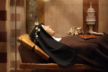 Relikui patung lilin St.Klara tetap utuh walaupun sudah wafat dan disimpan di dalam Basilika Santa Klara di Assisi.