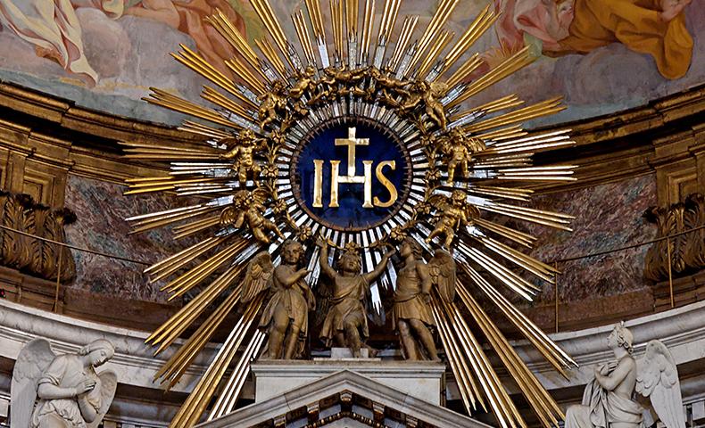 IHS monogram, di bagian atas altar utama Gesù, Roma, Italia