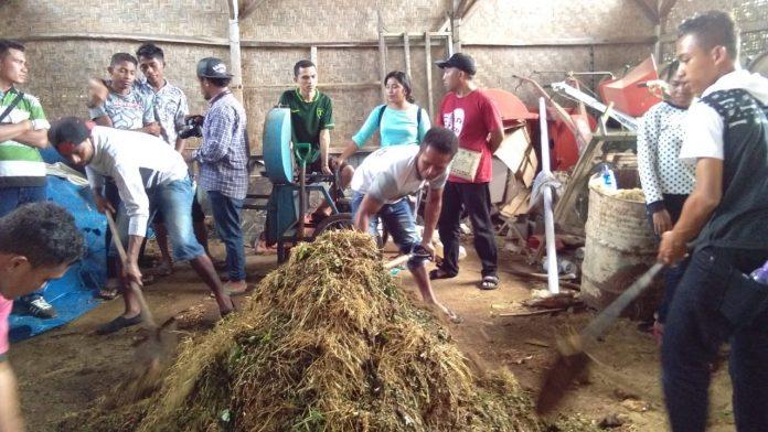 Para peserta sedang belajar membuat bokasi (pupuk organik) bersama staf Ekopastoral.